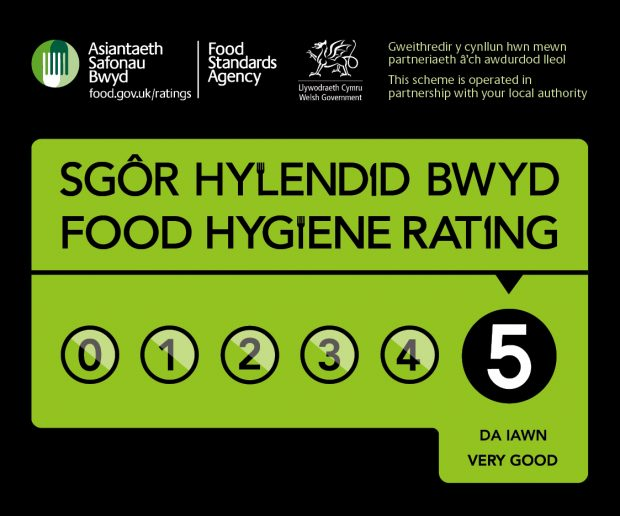 A bilingual food hygiene rating sticker showing a score of 5